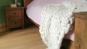 Chunky-knit-blanket-on-bed-Olannmor1
